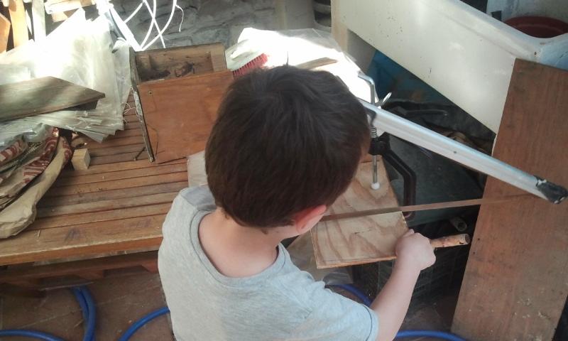 Cortando madera a la antigua para mi segunda caja nido. Patio Viviente, Azoz Navarra. 19 de abril de 2014