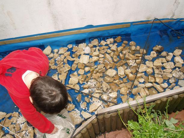 Echando la base del nuevo huerto del Patio Viviente. 1 de Mayo 2014