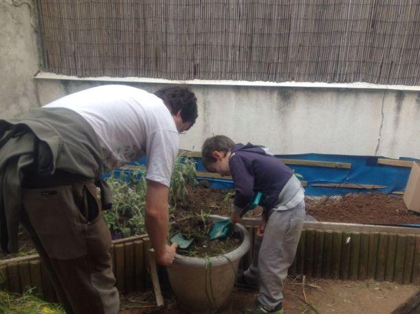 Traspasando tierra macetas a nuevo huerto. 12 de Mayo 2014
