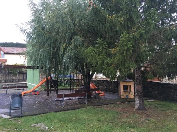 Parque infantil con murete en Azoz (Navarra)