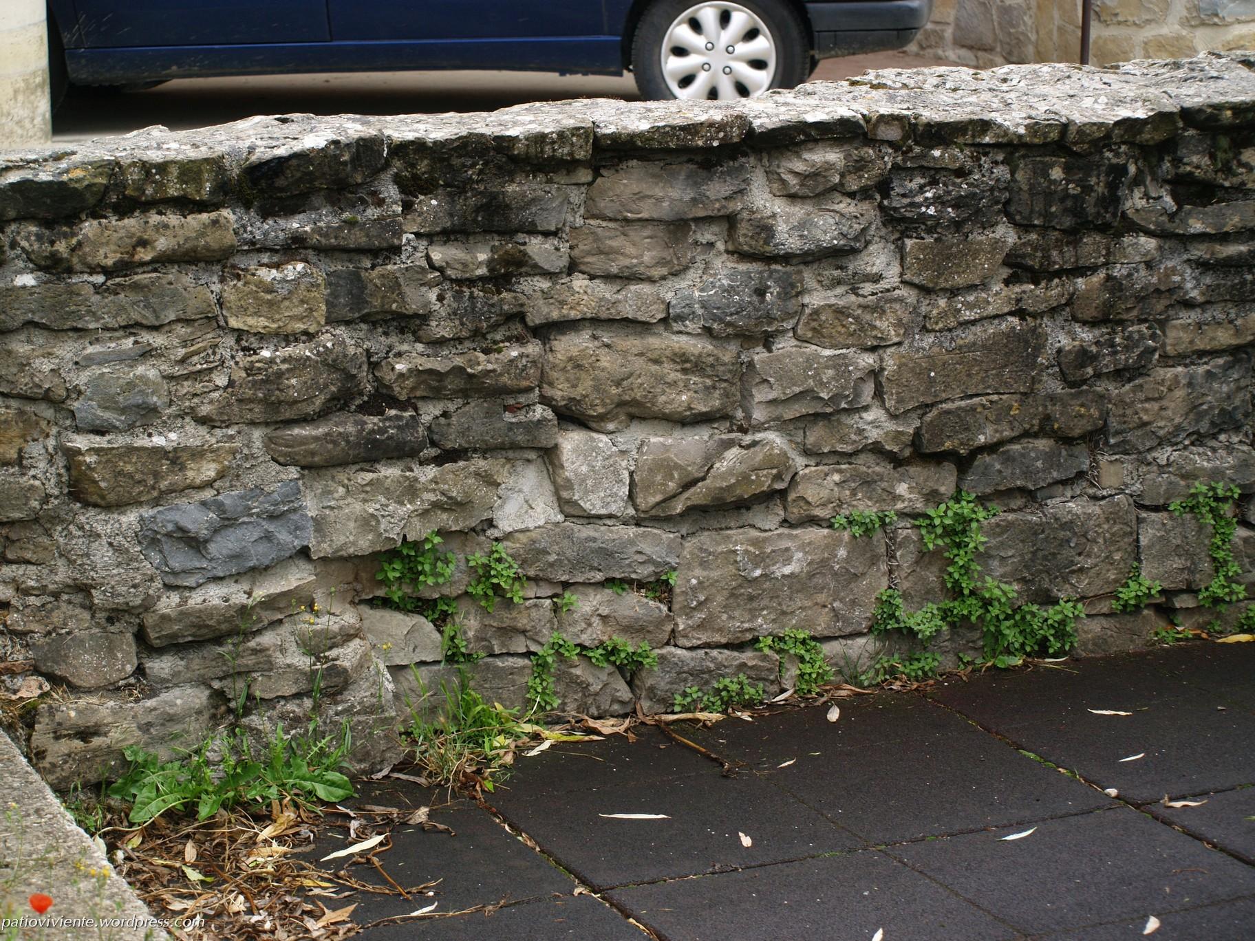 Muro de piedra que circunvala el parque infantil de Azoz (Navarra)
